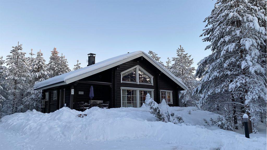 Mökki ulkoa_talvi